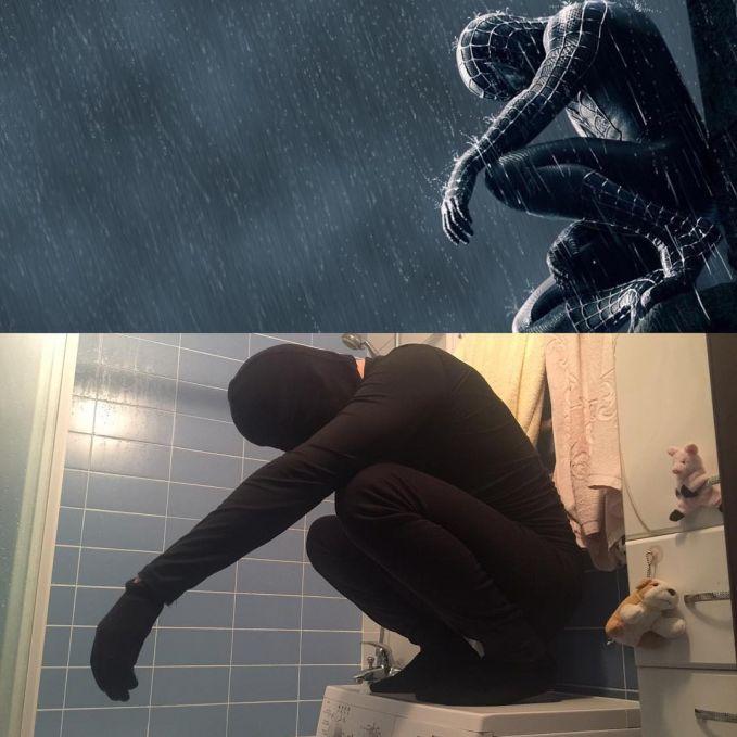 Beda lagi sama Spiderman satu ini, nampaknya dia lagi sakit perut. Nggak mau beranjak dari kamar mandi.