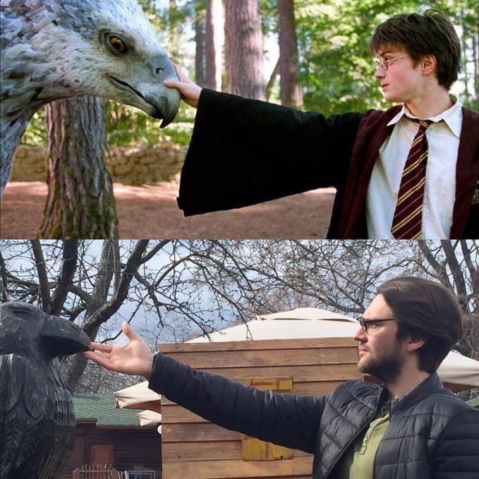 Lagi niru Harry Potter siapa tau punya kekuatan sihir juga walaupun cuma megang patung burung.