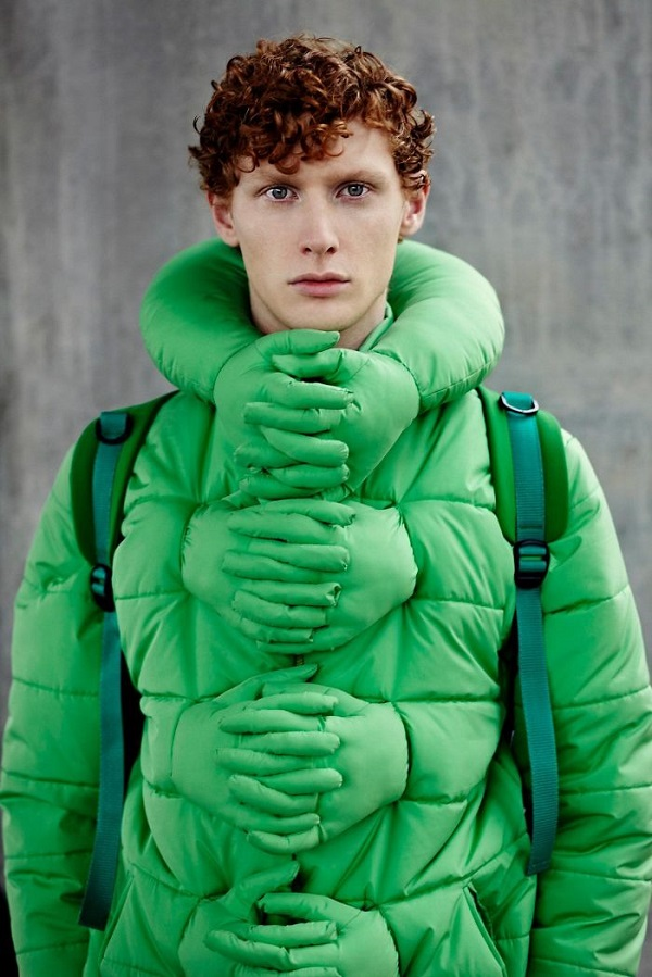Musim dingin paling cocok pakai jaket tebal model beginian Pulsker. Apalagi ada desain tangan lucu, seolah ada yang meluk deh.
