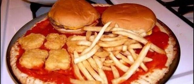 Toping yang super lengkap nih gaes, semua menu jadi satu. Makin praktis dan mengenyangkan banget. Ada burger, kentang dan pizza.