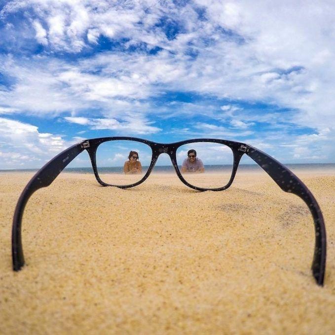 Selain sebagai pelindung mata saat liburan, kacamata juga bisa nih Pulsker kalian gunakan sebagai bingkai foto yang unik.