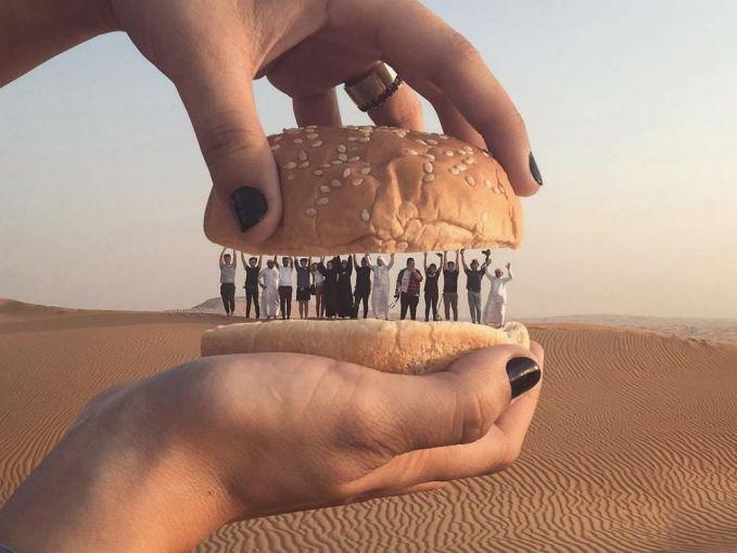 Liburan di padang pasir dengan latar belakang onta yang sedang berkeliaran sudah biasa. Coba deh foto seperti ini. Dijamin beda gaes.