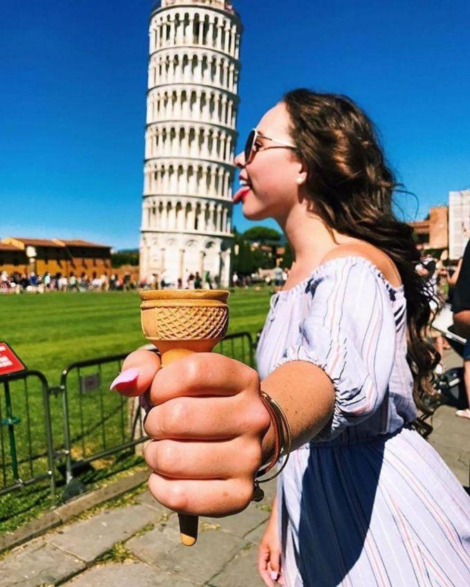 Kalau tadi menara Pisanya ditendang, sekarang dijilat-jilat nih Pulsker bak es krim.