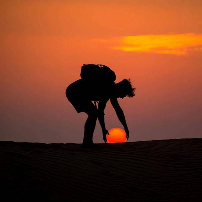 Pose dan angle yang pas banget nih gaes, mataharinya seolah seperti bola yang menyala-nyala. Gimana gaes, keren-keren kan fotonya?. Segera nih kalian praktekkin saat liburan di akhir pekan nanti ya?.