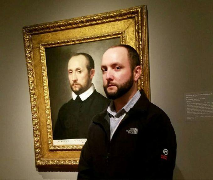 Lihat, pria ini sangat mirip dengan lukisan yang ada di museum. Bisa jadi dia gratis lho masuk ke museum ini, karena wajahnya sudah dipajang di dalamnya.