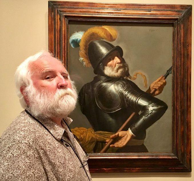 Saat pria tua bertemu dengan lukisan tuanya di museum dari masa lalu. Tampak gagah ya dengan baju besinya?!