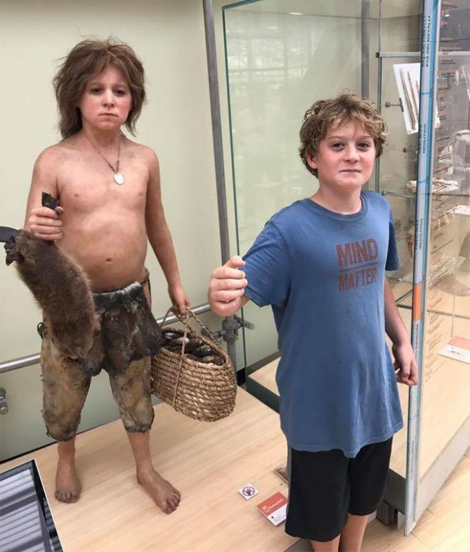 Anak kecil ini sangat beruntung bisa bertemu dengan dirinya ketika jaman prasejarah dulu. Kejadian ini tejadi di museum sains di Trento, Italia.