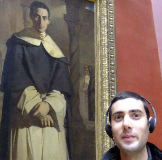 Lukisan ini menemukan dirinya di masa depan dengan memakai headset. Kekinian banget kan masa depannya :D