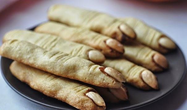 Nyemil cookies memang udah biasa, tapi kalau bentuknya jari zombi kaya gini, bikin merinding juga ya.