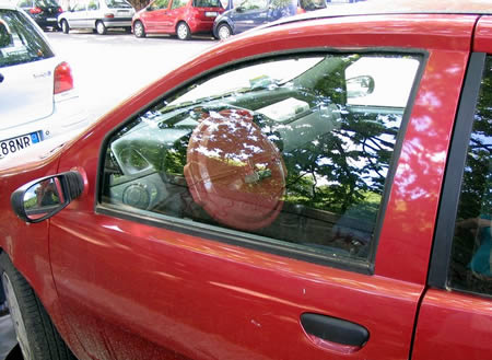 Biar nggak dicolong maling, setir mobil ini ditutup pakai tutup ember. Lucu juga ya idenya??