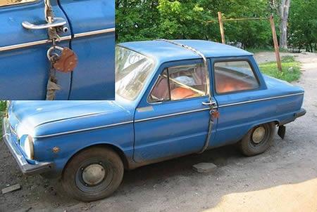 Biar nggak dibobol, mobil tua ini diikat memutar lalu digembok pintunya.