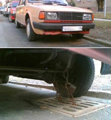 Bisa aja idenya, merantai mobil dengan saluran air. Semoga aja pemilikinya sendiri nggak lupa ya.