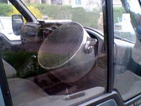 Kalau tadi tutup ember, kali ini setir mobilnya ditutup pakai panci.