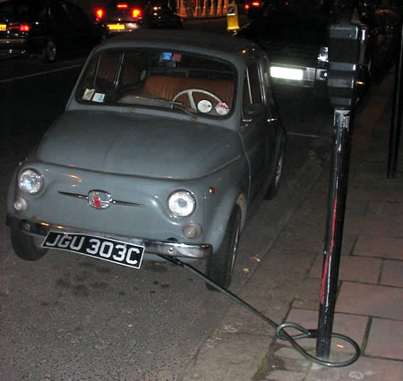 Nggak pakai rantai, mobil ini diikat ke tiang dengan menggunakan besi.