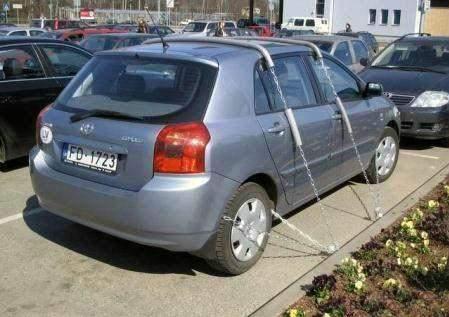 Ketat banget pengamanannya, padahal sepertinya ada banyak mobil yang lebih bagus lho dari mobil ini. Namamya juga cari aman, ya kan??