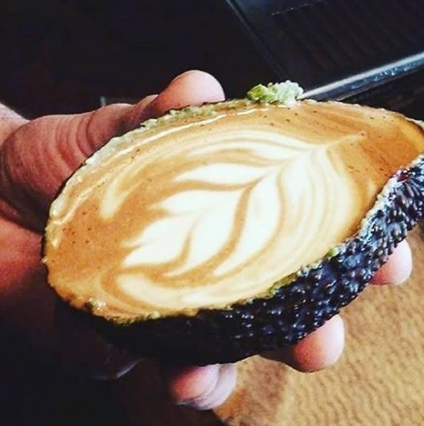 Kopi alpukat Memang ada kopi campuran alpukat. Nah, di Australia juga ada kopi alpukat yang disajikan langsung dikulit alpukat dan di dalamnya masih ada daging buahnya lho.