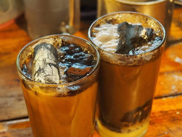 Kopi joss Nah, kopi yang ini asli Indonesia. Sebenarnya ini merupakan kopi biasa, namun di dalamnya ada tambahan arang panas. Untuk rasanya, jangan diragukan lagi ya. Pastinya lezat banget!