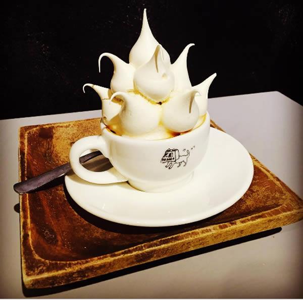 Kopi kue busa Siapa lagi yang bisa bikin kreasi seperti ini kalau bukan Korea Selatan. Ini adalah kopi kue busa. Jadi kuenya bisa menyembul berbentuk lucu sampai melebihi cangkir kopinya sendiri.