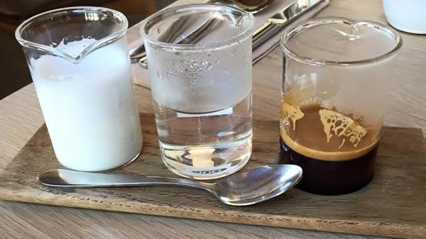 kopi terpisah Biasanya, kita meminum kopi yang sudah tercampur semuanya. Tapi di Australia, ada kopi yang disajikan tepisah yaitu gula, air dan kopi. Jadi setiap orang bisa mengira-ngira kopi menurut seleranya. Unik juga ya Baristanya.