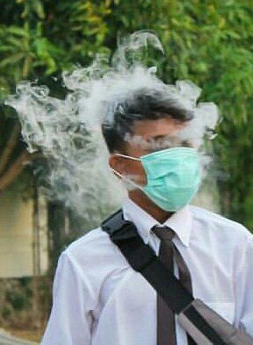 Pakai masker biar pas lagi nge-vape nggak kena asapnya. Cerdas juga ya idenya Pulsker?.