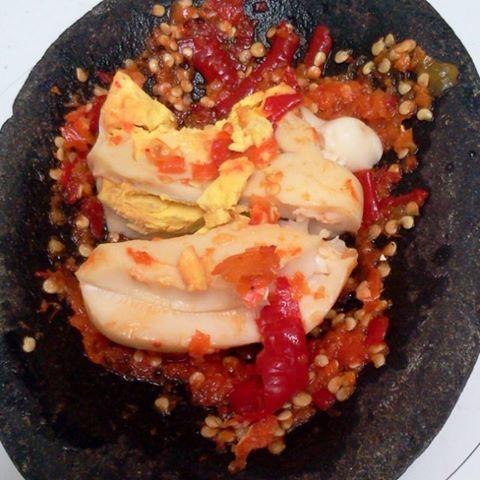 Penyet telur rebus Sederhana sih, tapi penyetan telur ini sangat menggugah selera makanmu. Apalagi jika disajikan dengan nasi hangat.
