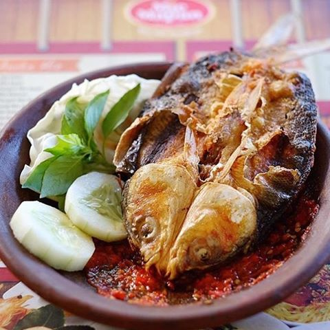 Penyet bandeng presto Bandeng presto bukan hanya enak dimakan tanpa sambel, tapi setelah digoreng, kamu bisa mencoba penyetan dengan bandeng presto ini.