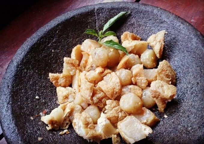 Siomay penyet Bukan hanya dengan bumbu kacang, kamu bisa mencoba siomay dipenyet dengan sambel yang pedas..hemmm, yummy!