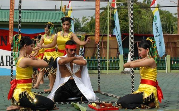 Tari Rentak Bulian Tarian ini berasal dari Indragiri Hulu, Provinsi Riau. Disyaratkan mereka yang melaksanakan tarian ini terdiri dari tujuh gadis perawan dan satu perjaka. Sang penari pria akan dirasuki roh halus sehingga membuatnya tak sadar. Tarian ini dilakukan sebagai pengobatan tradisi gaib.