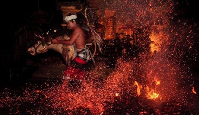 Tari Sanghyang Jaran Tarian ini biasanya ditampilkan sebagai serangkaian tarian kecak di Bali. Para penari kerasukan roh halus dan menusuk-nusuk dirinya dengan benda tajam.