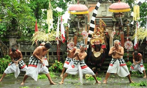 Tari Calon Arang Masih dari Bali, ini adalah tari Calon Arang yang merupakan tarian yang menceritakan legenda Calon Arang. Para pemain dari tarian ini kerasukan roh leluhur yang mencoba ilmu kekebalan dengan menusuk-nusuk dirinya dengan benda tajam.