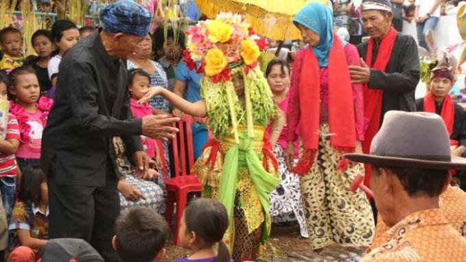 Tari Seblang Tarian Seblang ini berasal dari suku Osing, Banyuwangi. Tarian yang ada sejak tahun 1639 ini akan menampilkan penari yang kerasukan roh halus. Tarian ini juga tidak digelar dalam sembarang waktu.