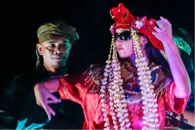 Tari Sintren Tarian ini dilakukan oleh wanita yang mengenakan kacamata hitam. Dikatakan wanita ini kerasukan sosok mistis yang dipercaya sebagai penguasa daerah Jawa, Dewi Landasari. Dan tidak sembarang wanita yang bisa melakukan tarian ini.