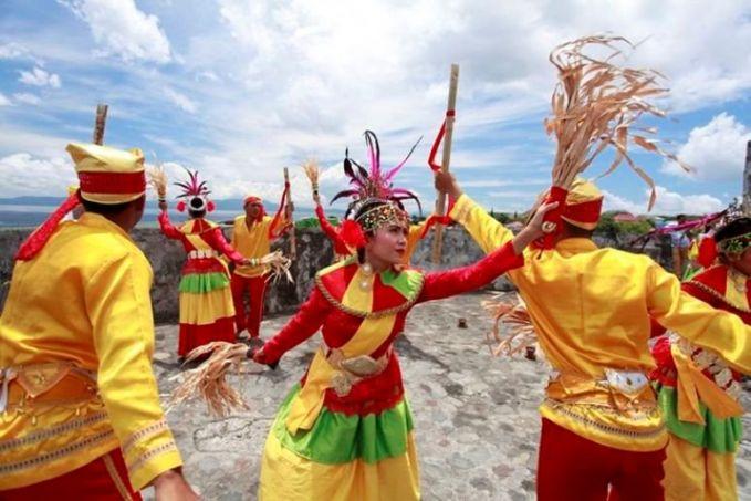 Tari Salai Jin Sama seperti namanya, tarian yang berasal dari Suku Ternate, Maluku Utara ini juga melibatkan jin dalam melaksanakan tariannya. Setelah kerasukan para penari mengalami kesurupan lalu melakukan aksi-aksi ekstrim. Selai Jin juga dilakukan penari dalam jumlah ganjil.