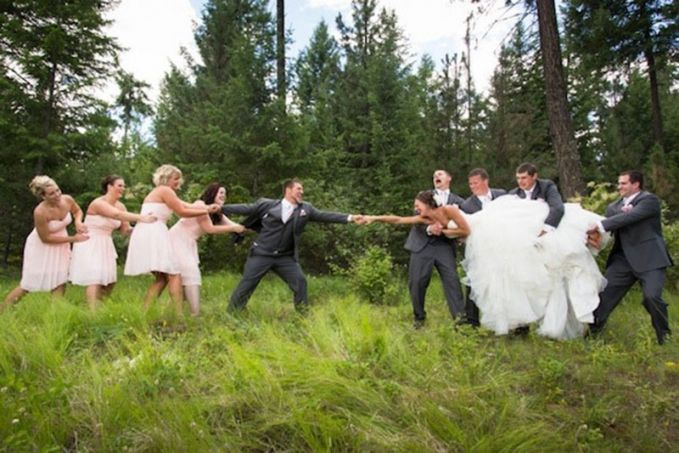Wah, temannya pada nggak rela nih keduanya menikah gengs. Eits, tapi mereka bohongan kok cuma buat foto prewed aja.