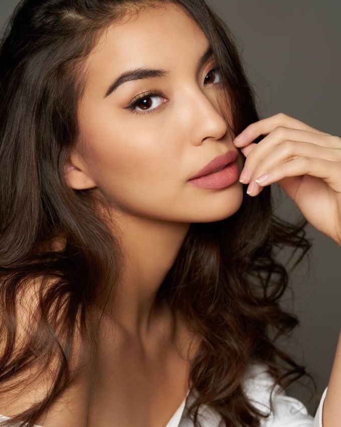 Manohara Odelia Pinot Janda muda satu ini memang lama tidak terdengar kabarnya. Tapi penampilannya kini lebih dewasa dan matang dengan image sexy-nya. Mano tampaknya sangat percaya diri memamerkan bibir tebal sensual disetiap fotonya.