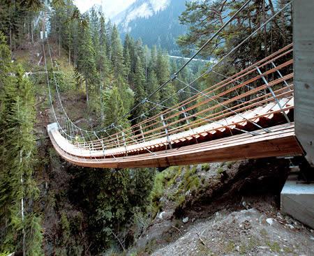 Kalau bisanya jembatan untuk menyebrang dan tangga untuk naik, di Swiss ada juga jembatan yang bisa untuk menyebarang dan mendaki sekaligus. Unik banget kan?!