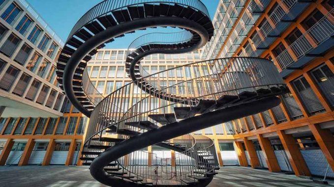 Tangga yang beradai di Jerman ini bukan untuk mengantarmu ke lantai selanjutnya, melainkan akan membawamu memutar saja dari bawah ke atas.