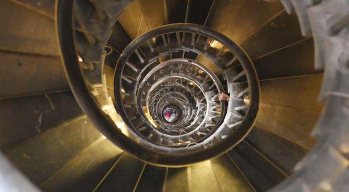 Tangga yang berada di Monumen api ini berbentuk spiral yang terlihat sangat curam dari atas.