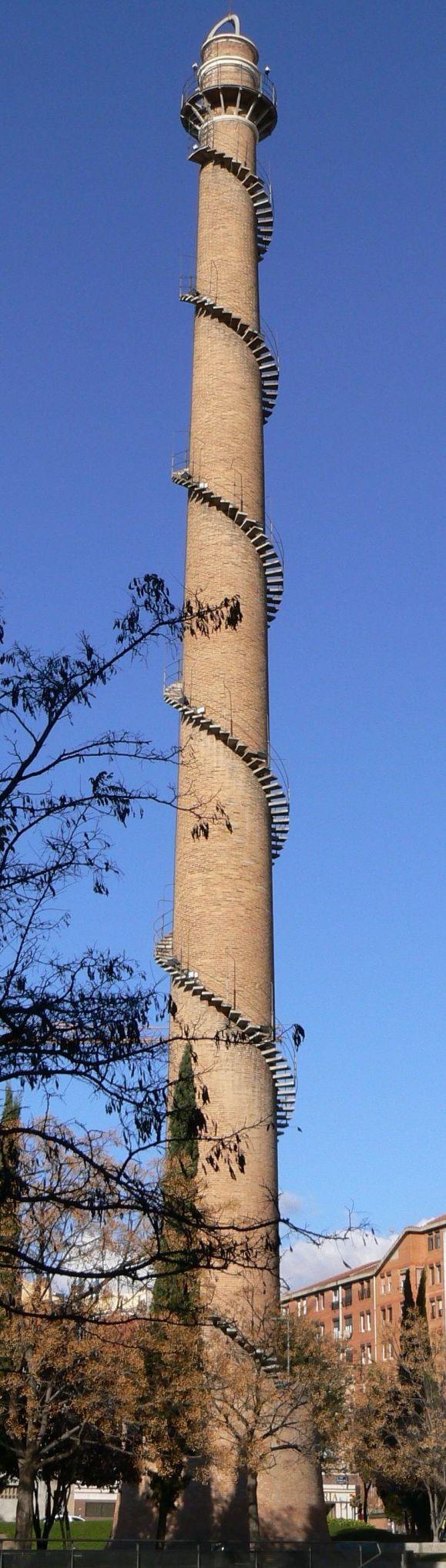 Tangga spiral yang berada di cerobong asap di Spanyol ini akan membuat kakimu bergemetar saat menaikinya, tertantang untuk mencoba?