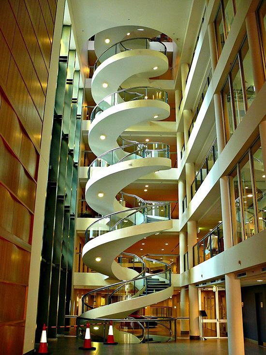 Ini adalah tangga spiral yang berada di Garvan Institute di Sydney, Australia.
