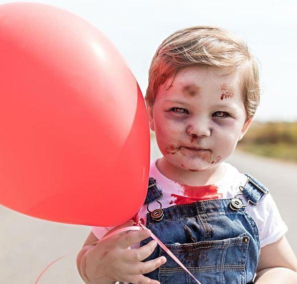 Bawa balon sih, tapi kalau anak zombie yang bawa, tetap aja menyeramkan.