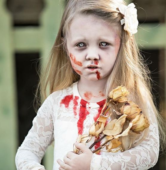 Mungkin ini zombi yang kehilangan orang tuanya. Tatapannya sedih banget.