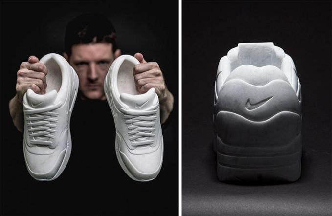 Bukan hanya itu saja, sang seniman juga memahat marmer menjadi sebuah replika sepatu keren lho.