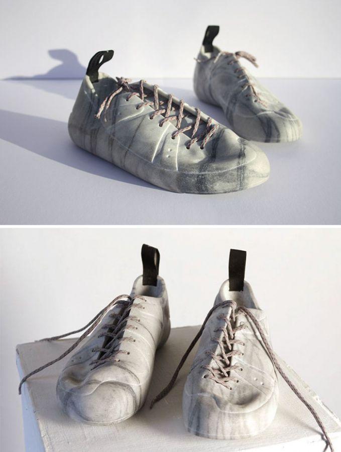 Bahkan sepatu dari marmer tersebut terlihat elastis layaknya sepatu pada umumnya. Padahal sangat keras banget.