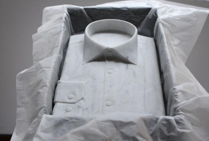 Sepintas terlihat ringan buat ngangkatin baju di sebuah kotak ini. Tapi pas kalian angkat, bakalan berasa berat gengs. Secara, bahannya dari marmer.