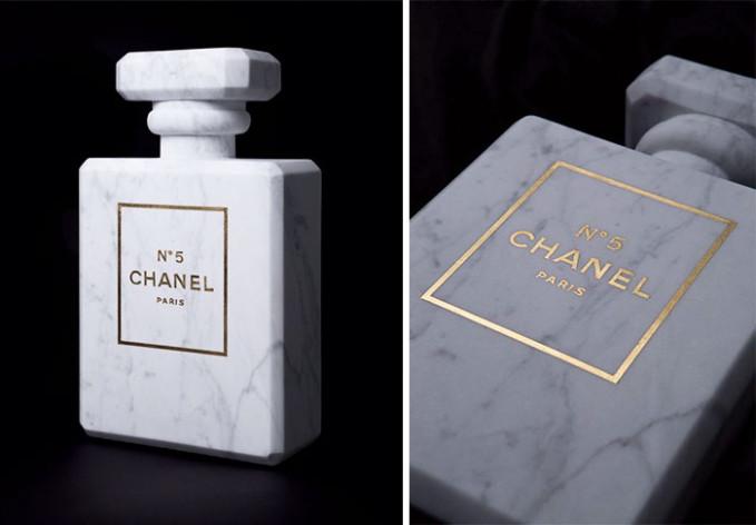 Tuh, botol parfumnya pun mirip banget deh sama botol parfum aslinya.