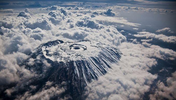 Puncak gunung tertinggi di benua Afrika nampak menakjubkan dilihat dari jendela pesawat.