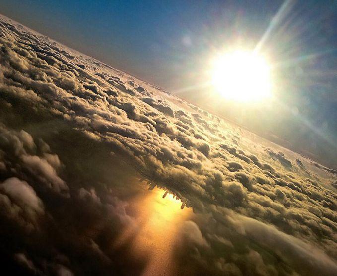 Pantulan gedung pencakar langit Chicago di danau Michigan begitu indah terlihat dibalik awan putih dan sinar matahari.