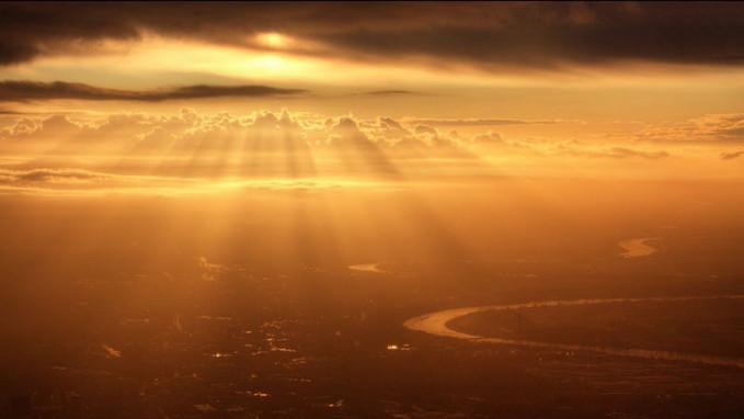 Matahari baru sepenggalah naik nih gengs, sinarnya baru menyinari bumi di pagi hari.