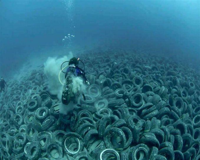 Laut yang dulunya terdapat batu karang, ikan dan keindahan alam bawah laut lainnya sekarang harus berganti dengan pemandangan nggak biasa. Yakni sampah dan limbah industri gengs.
